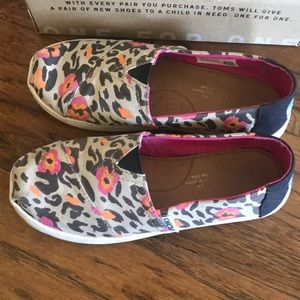 Pre worn Toms Pink Leopard Print Girl shoes - 1.5